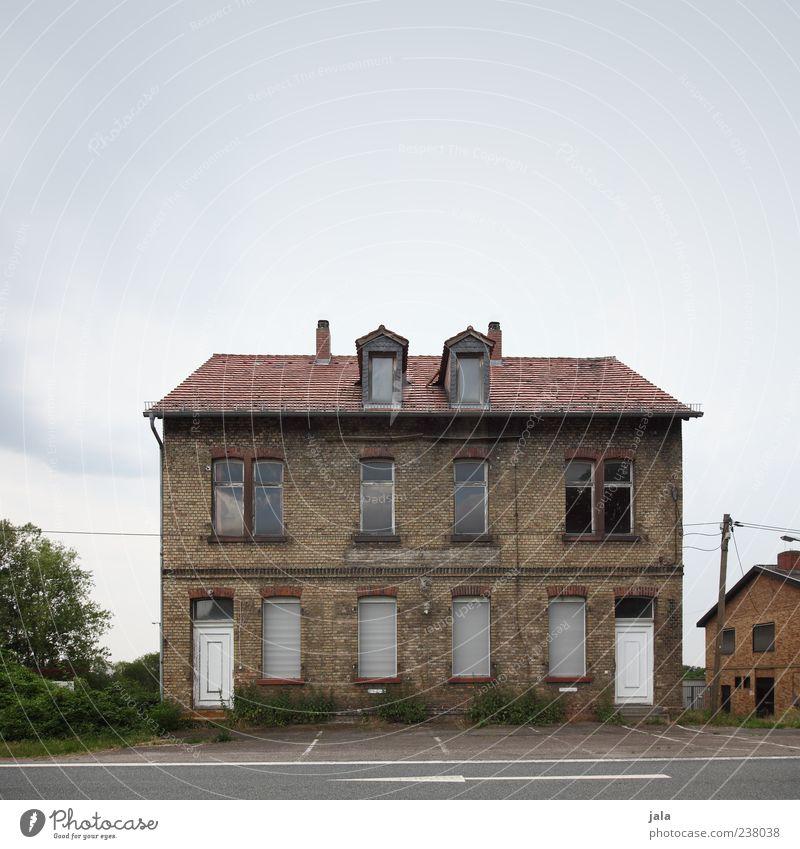 backsteinhaus Himmel alt Baum Haus Fenster Straße Architektur Gebäude Tür geschlossen trist Bauwerk verfallen Pfeil Verfall Strommast