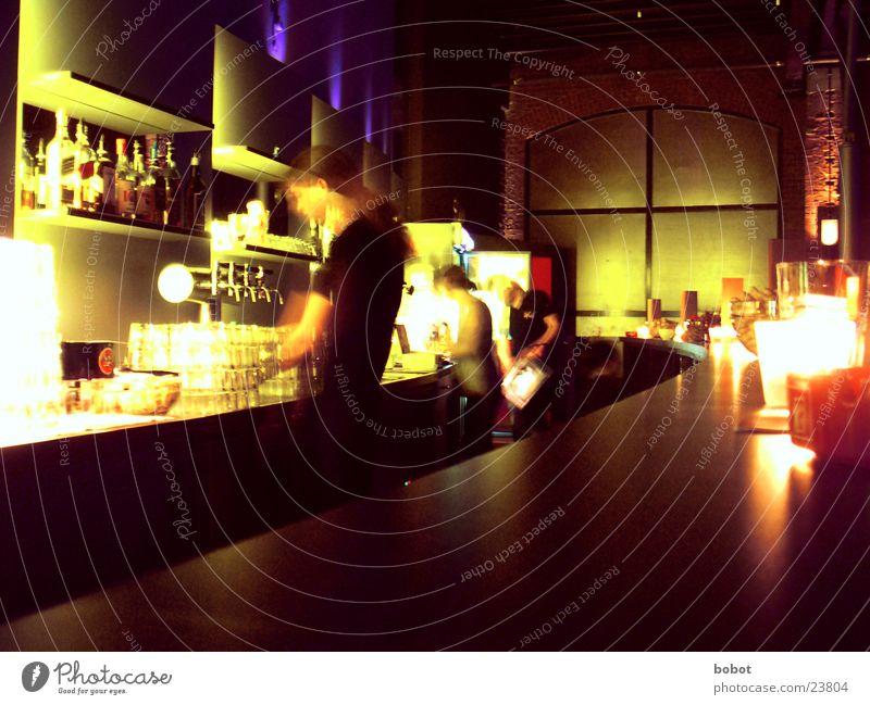 Der Schuppen Theke Bar trinken Stimmung Langzeitbelichtung Feste & Feiern Alkohol Bewegung Bartender Wirt Kellner Kellnern Zapfhahn Bewegungsunschärfe