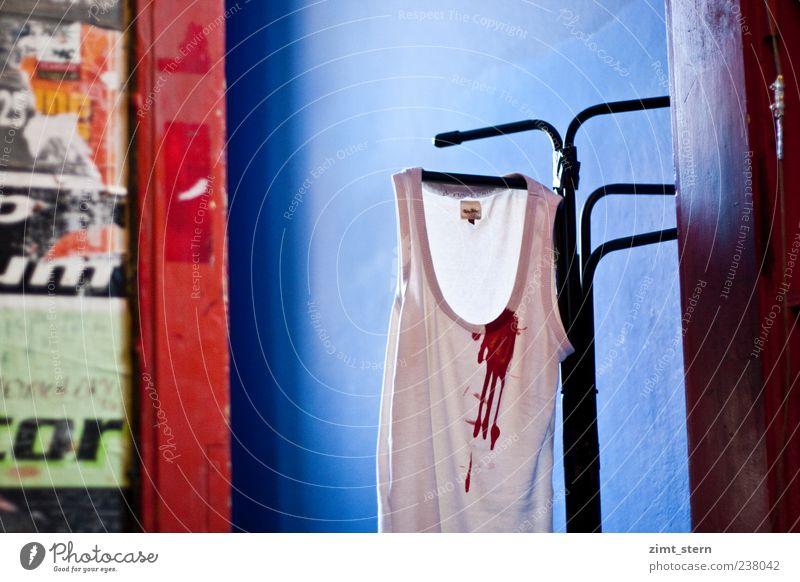 Herzblut blau weiß rot dreckig Bekleidung gruselig Gewalt trashig hängen bizarr Blut Ekel Unterwäsche hängend Unterhemd Kleiderständer