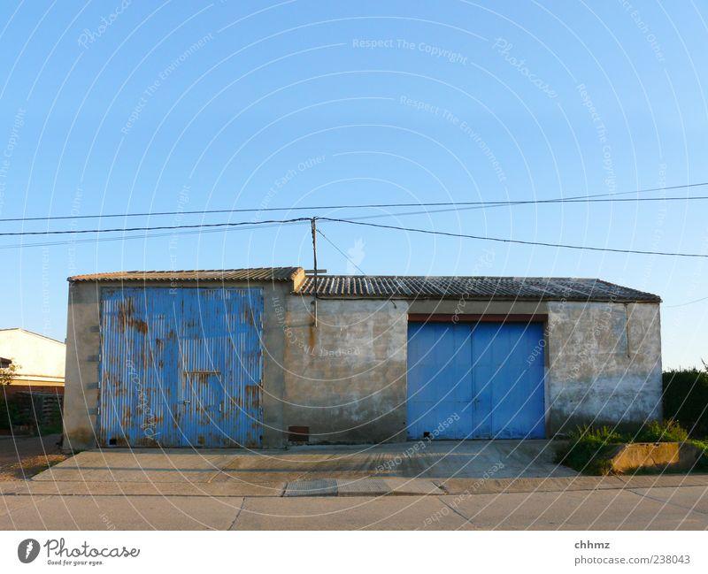 Doppelgarage Himmel blau alt Straße Fassade Beton Dach Schutz Tor Verfall Garage Wolkenloser Himmel Scheune Hochspannungsleitung Rampe Garagentor
