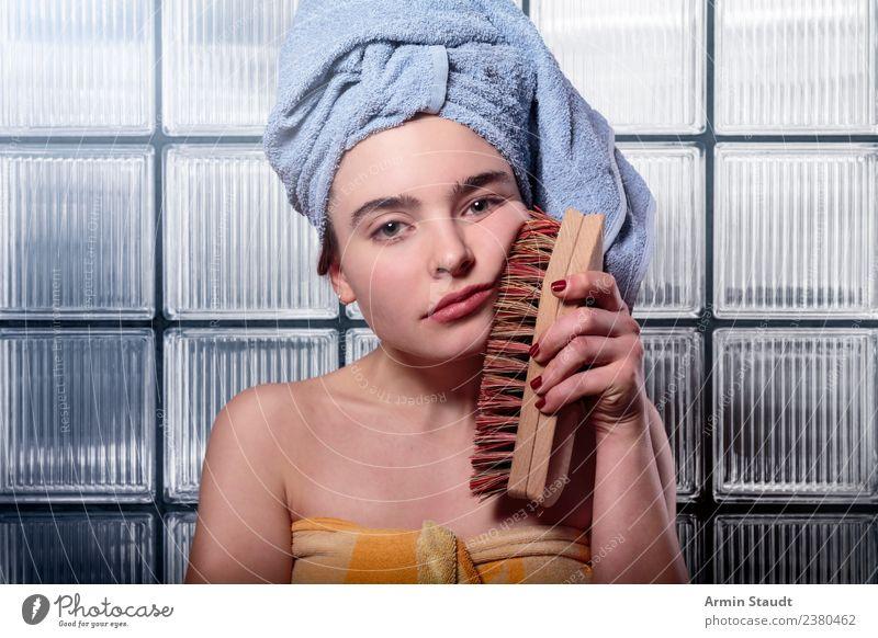 Frustrierte Frau bürstet sich das Gesicht mit einer Wurzelbürste Lifestyle Stil schön Körperpflege Kosmetik Gesundheitswesen Behandlung Wohlgefühl Sinnesorgane