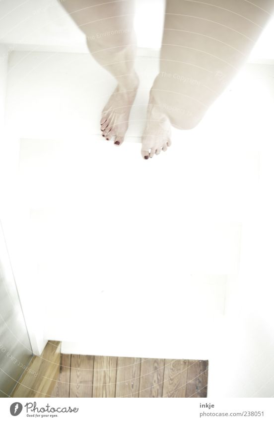 meine Welt steht Kopf 2 Pediküre Nagellack Junge Frau Jugendliche Erwachsene Fuß Beine 1 Mensch Nackte Haut stehen außergewöhnlich hell dünn feminin weiß