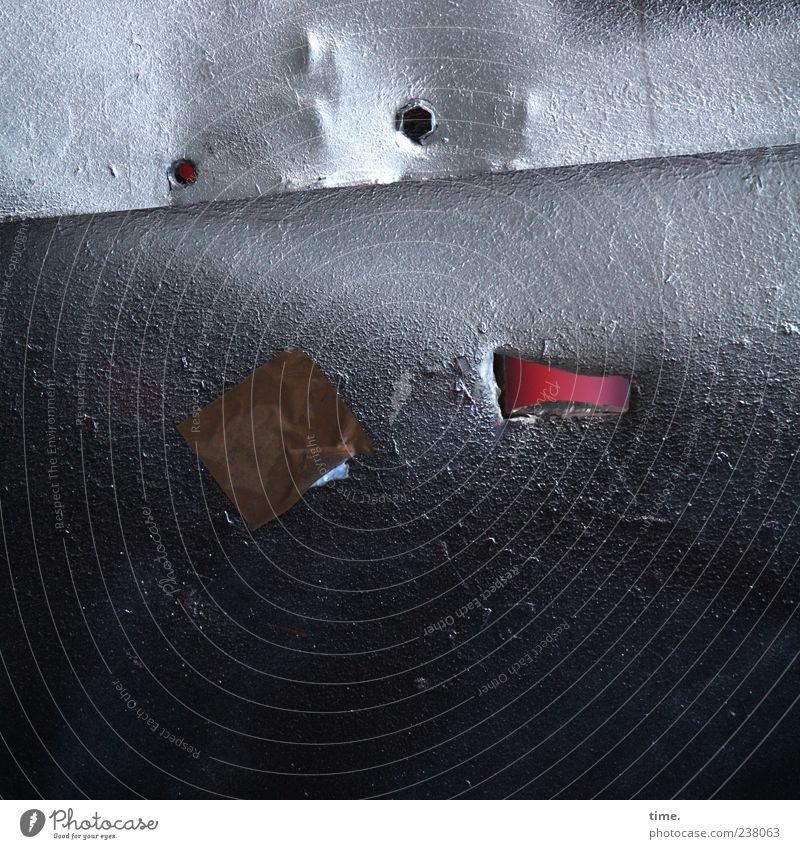 Scheuer Schrottplatzbewohner dunkel Metall hell Perspektive Metallwaren einzigartig geheimnisvoll Verfall Loch silber Blech kleben Beule Detailaufnahme
