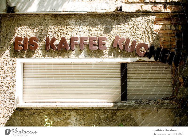 EIS KAFFEE KUCHEN alt Haus Fenster dunkel Wand Architektur Mauer Gebäude Eis braun Fassade geschlossen außergewöhnlich Schilder & Markierungen Schriftzeichen