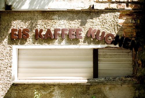 EIS KAFFEE KUCHEN Menschenleer Haus Bauwerk Gebäude Architektur Mauer Wand Fassade Fenster Schriftzeichen Schilder & Markierungen hängen alt außergewöhnlich