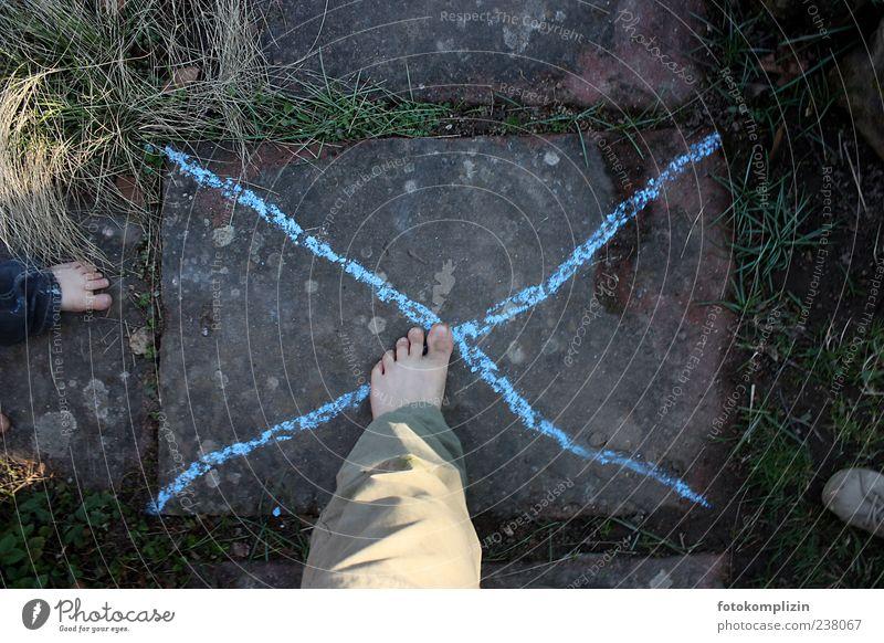 Kinderzone Kind blau Spielen Fuß Kindheit Sicherheit unten Kleinkind fangen Kreuz Kreide Kinderspiel 3-8 Jahre treten Kinderfuß