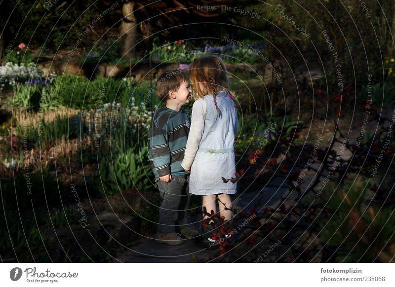 Gretel und Hänsel Spielen Kind Mädchen Junge Geschwister Bruder Schwester Freundschaft Kindheit Garten Liebe stehen nah Gefühle Stimmung Glück Fröhlichkeit