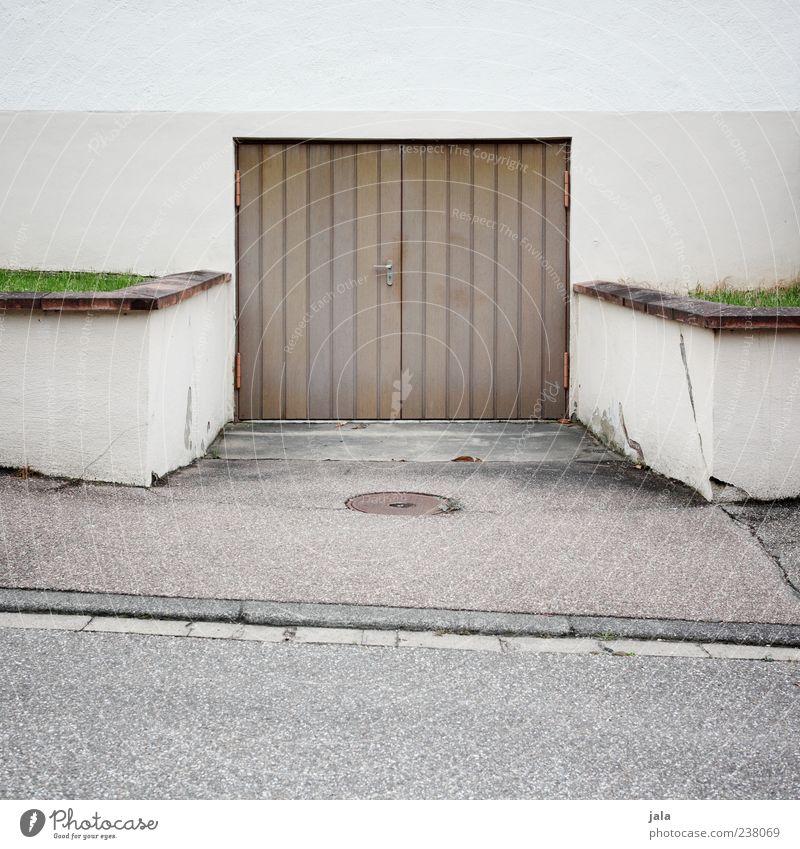 garage Gras Wiese Mauer Wand Fassade Garage Garagentor Einfahrt Straße Bürgersteig trist braun grau grün Asphalt Farbfoto Außenaufnahme Menschenleer