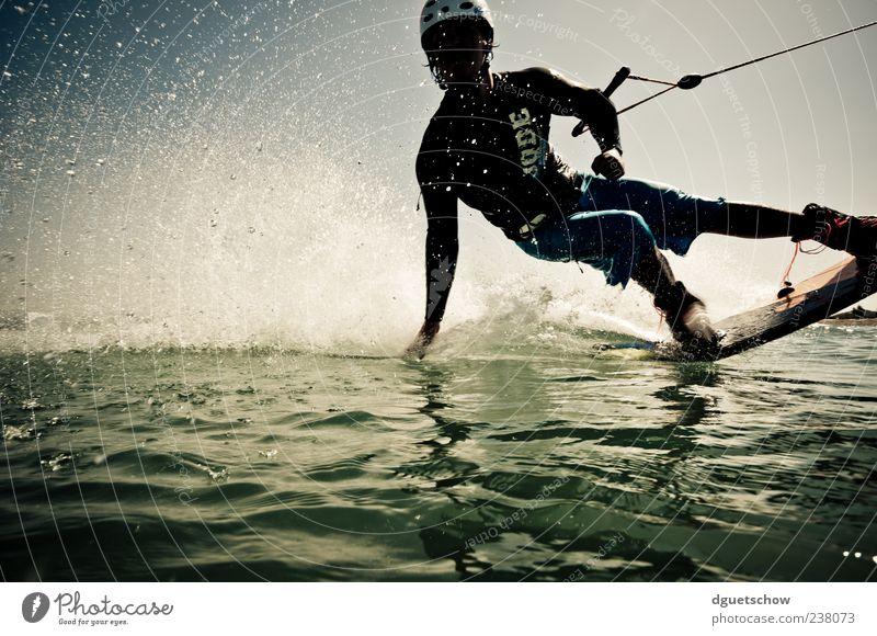lässig Freude Sport Wassersport Sportler Wakeboarden Wasserskianlage maskulin Mann Erwachsene Wassertropfen See sportlich grün Bewegung Wakeboarder Farbfoto