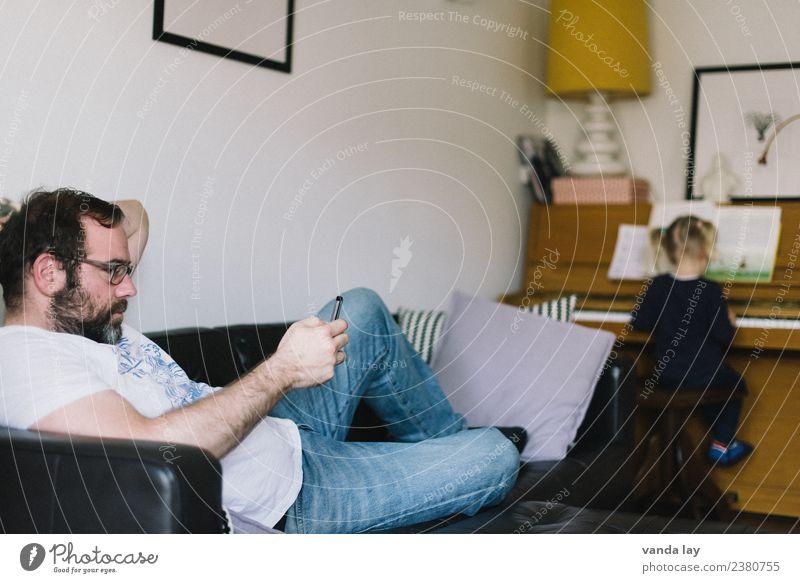 Sonntag Nachmittag Häusliches Leben Wohnung Kindererziehung Bildung lernen Handy PDA Unterhaltungselektronik Mensch Kleinkind Mädchen Mann Erwachsene Eltern