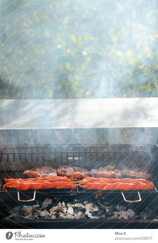 Fackeln Lebensmittel Fleisch Ernährung heiß lecker Grillen Grillrost Grillkohle Rauch Steak Farbfoto mehrfarbig Außenaufnahme Menschenleer Textfreiraum oben