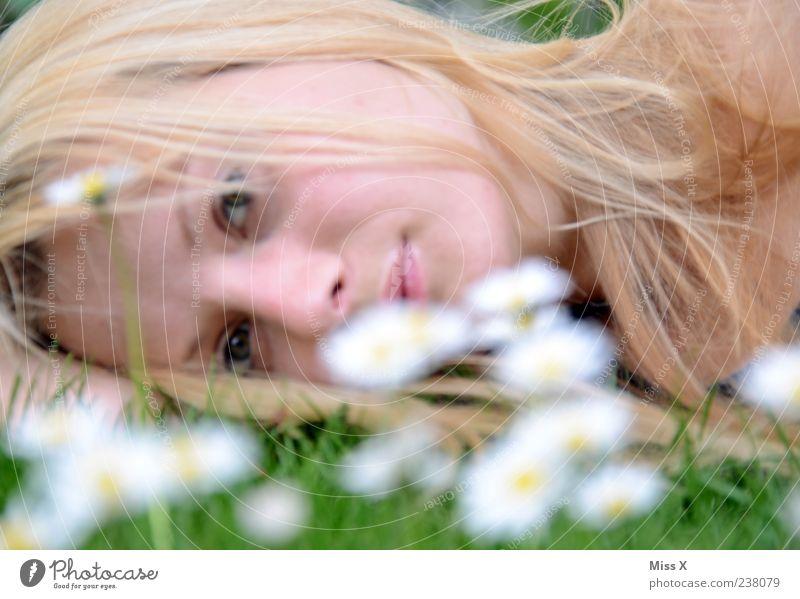 liegen Mensch Natur Jugendliche weiß schön Blume ruhig Gesicht Erwachsene Erholung Wiese feminin Frühling Gras Haare & Frisuren Blüte