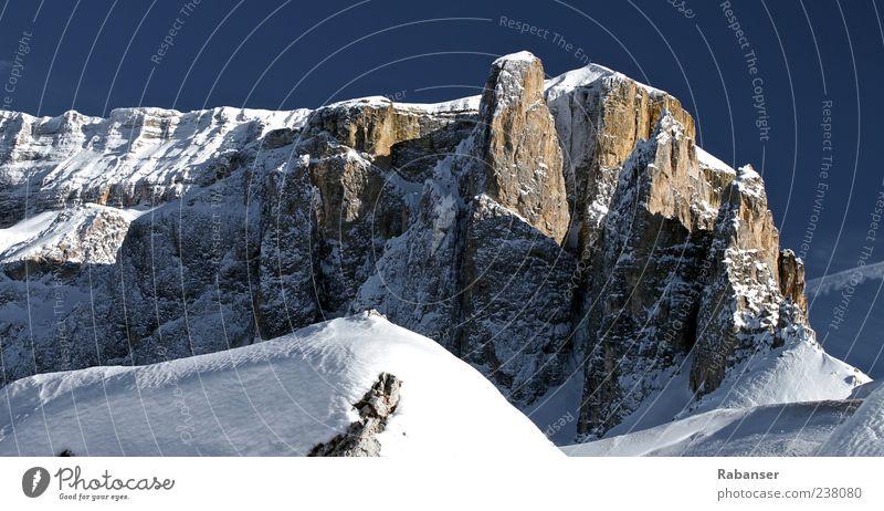 Dolomiten Natur Himmel Wolkenloser Himmel Sommer Winter Eis Frost Schnee Berge u. Gebirge Alpen Sella Gipfel Schneebedeckte Gipfel ästhetisch groß hell blau