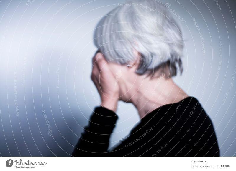 - Mensch Frau ruhig Einsamkeit Erwachsene Tod Leben Senior Gefühle Lifestyle Wandel & Veränderung Trauer Vergänglichkeit Schutz geheimnisvoll 45-60 Jahre