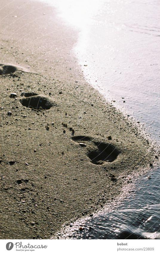 Landgang Strand Meerwasser Fußspur gelb Zukunft Vergangenheit Physik heiß Sand Reflektionen blau Sonne Wärme
