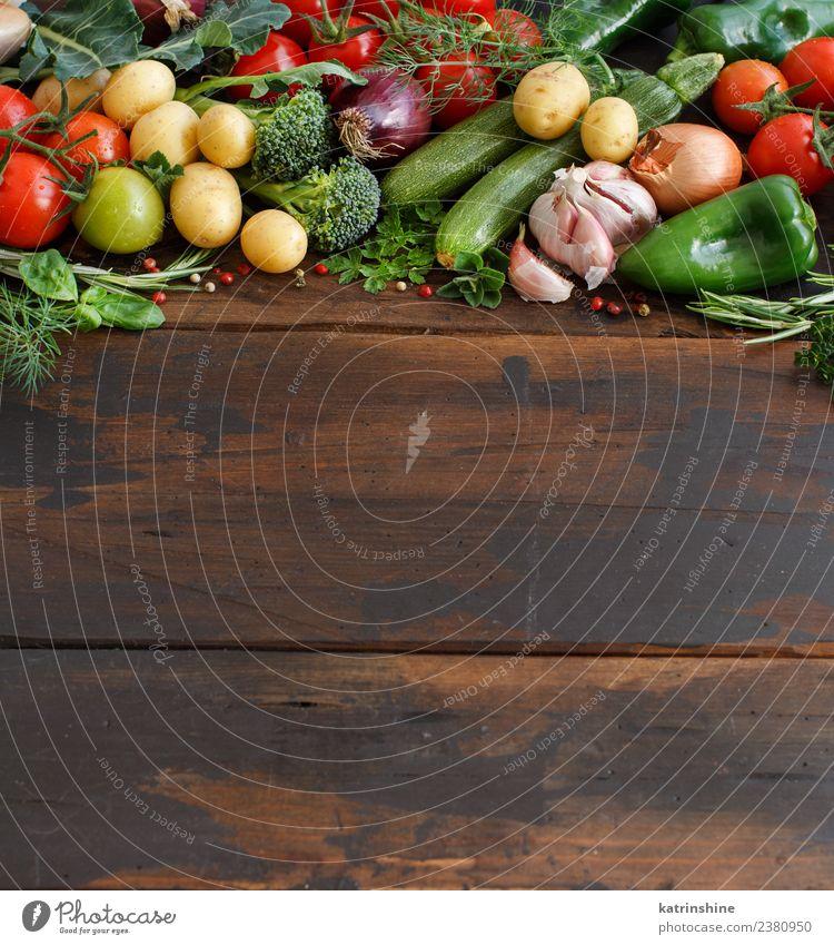 Frisches Rohkost und Kräuter Vegetarische Ernährung Diät Tisch Blatt dunkel frisch braun grün rot Essen zubereiten Lebensmittel Gesundheit Zutaten rustikal
