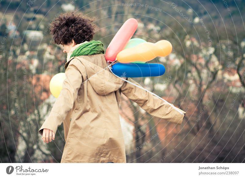 junge Frau mit Luftballon auf dem Berg an einer Stadt Lifestyle Freude Mensch Junge Frau Jugendliche 1 18-30 Jahre Erwachsene träumen Gefühle Zufriedenheit