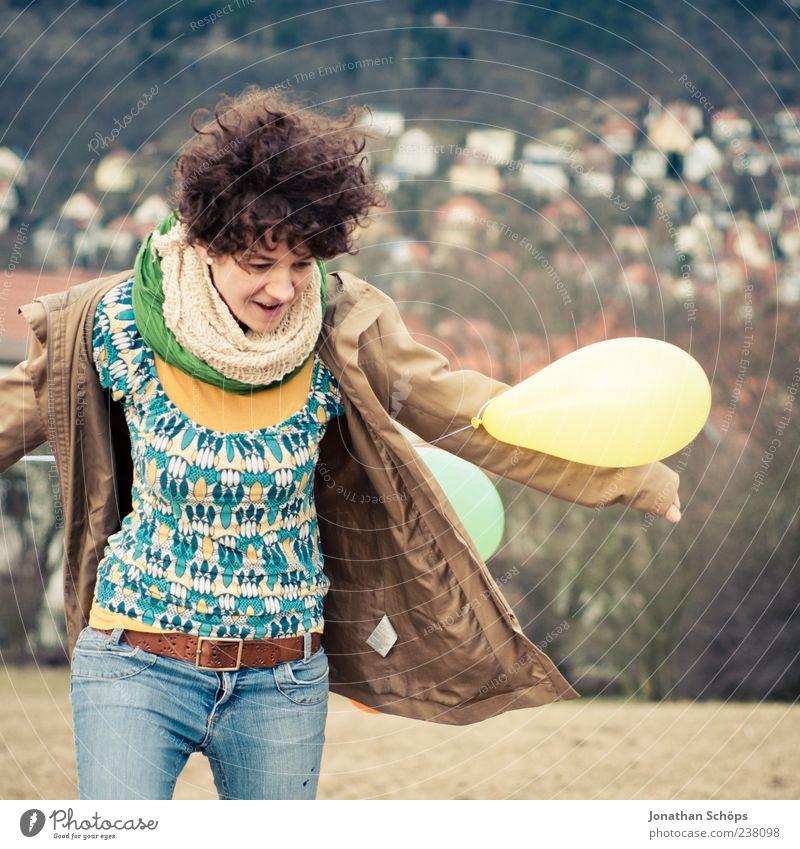 Luftballonmädchen V Mensch Jugendliche blau Freude Haus Erwachsene Erholung gelb feminin Freiheit Glück Freizeit & Hobby Arme Junge Frau 18-30 Jahre Luftballon