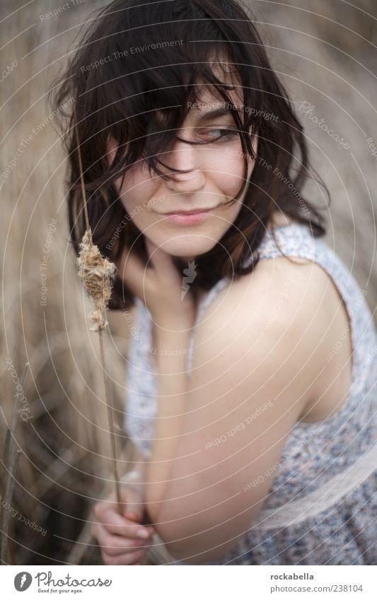 schön bleiben. Mensch Natur Jugendliche schön Erwachsene feminin Gras Glück Zufriedenheit elegant natürlich Junge Frau ästhetisch 18-30 Jahre einzigartig Kleid