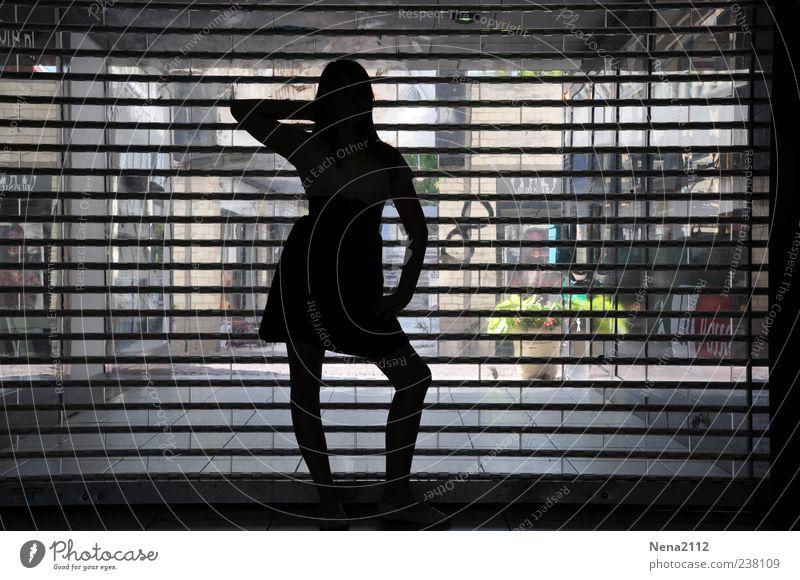 Une pause pose...et on repart... Mensch feminin Junge Frau Jugendliche 1 Theaterschauspiel Tanzen Kleinstadt Fenster Rock Kleid ästhetisch dünn schwarz Markise