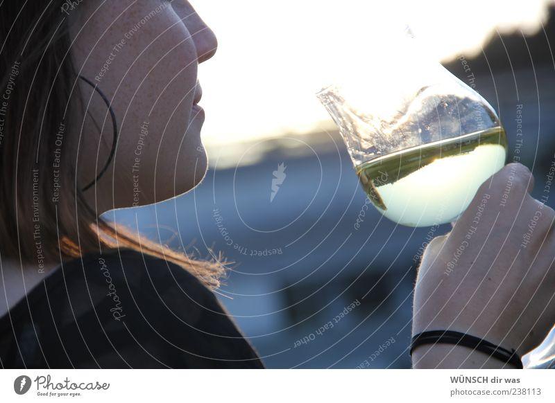 auf den kopf gestellt trinken Wein Glas Mensch feminin 18-30 Jahre Jugendliche Erwachsene Sonnenlicht Sommer rothaarig ästhetisch elegant schön natürlich