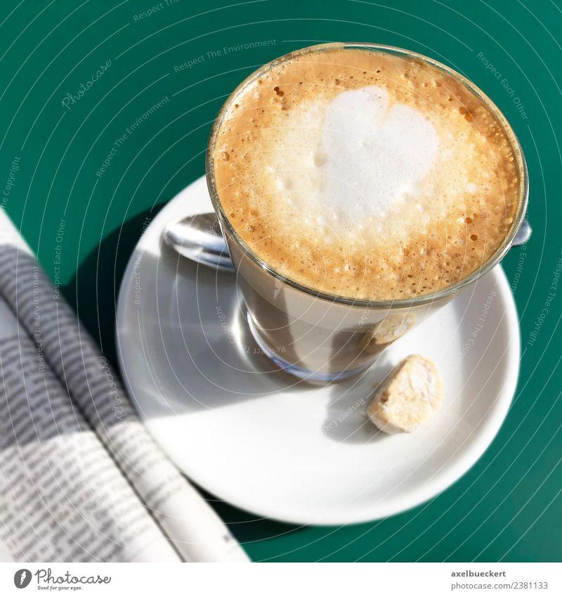 Flat White Kaffee und Zeitung Getränk Heißgetränk Milch Latte Macchiato Lifestyle Freizeit & Hobby Sommer Zeitschrift trinken Café Cappuccino flat white Herz