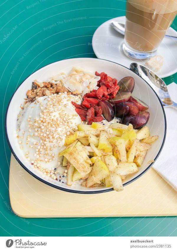 gesunde Frühstücksschale mit frischem Obst und Kaffee Lebensmittel Joghurt Frucht Ernährung Vegetarische Ernährung Latte Macchiato Schalen & Schüsseln Lifestyle