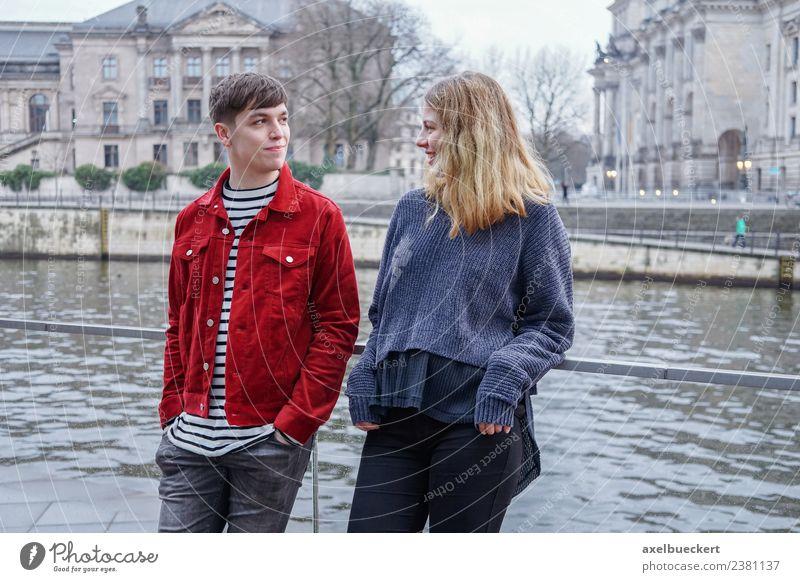 junges Paar an der Spree in Berlin Lifestyle Freizeit & Hobby Sightseeing Mensch Junge Frau Jugendliche Junger Mann Erwachsene Freundschaft Partner 2