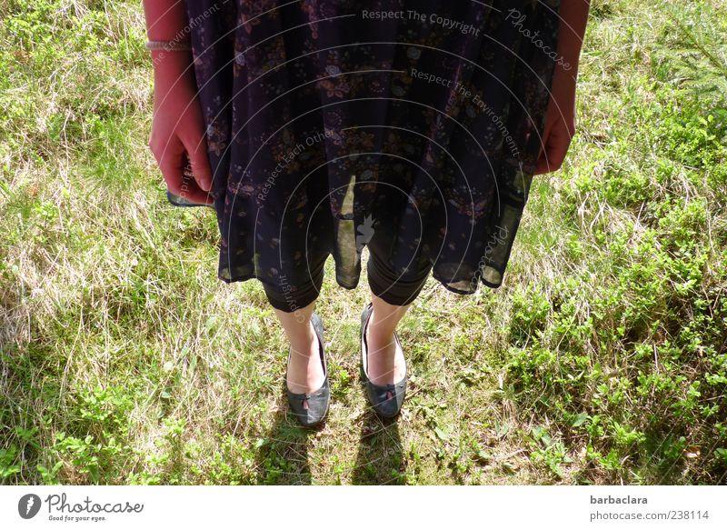 Rock It Baby Junge Frau Jugendliche 1 Mensch 18-30 Jahre Erwachsene Natur Sommer Schönes Wetter Gras Kleid Schuhe genießen stehen frei schön feminin Freude