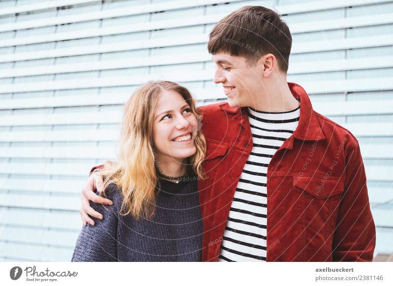Teenagerpaar verliebt Lifestyle Freude Freizeit & Hobby Mensch Junge Frau Jugendliche Junger Mann Erwachsene Geschwister Freundschaft Paar Partner 2 18-30 Jahre