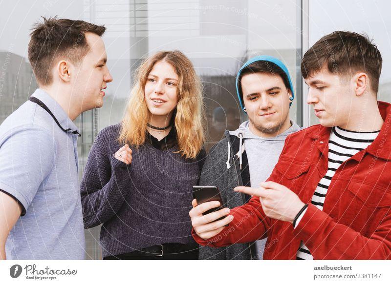 Gruppe von Jugendfreunden Lifestyle Freizeit & Hobby sprechen Telefon Handy PDA Technik & Technologie Mensch Junge Frau Jugendliche Junger Mann Erwachsene