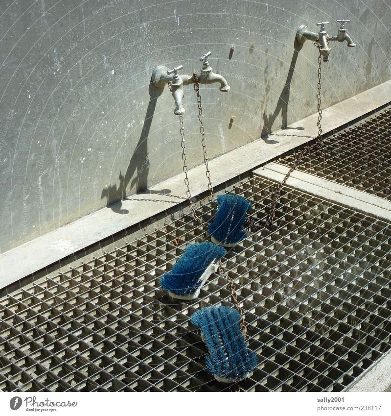 Waschtag in blau Mauer Wand Wasserhahn Waschplatz Bürste Waschbürste Gitter Gitterrost Kette Rost dreckig Sauberkeit Reinigen anketten angekettet Farbfoto