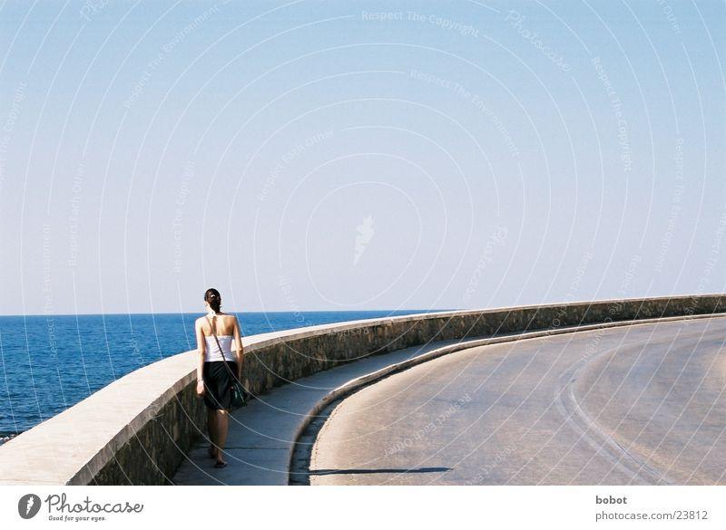 Kurvenreich Frau feminin Bürgersteig Asphalt Mauer Geländer Spaziergang grau leicht Ferien & Urlaub & Reisen Siluette Straße Himmel blau Klarheit
