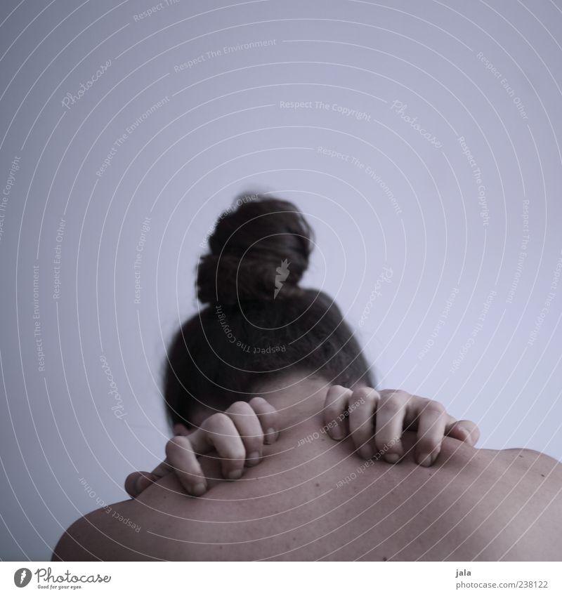 schmerz Krankheit Mensch feminin Frau Erwachsene Kopf Haare & Frisuren Rücken Hand 1 brünett langhaarig Zopf Erholung sitzen Sorge Erschöpfung Stress Schmerz