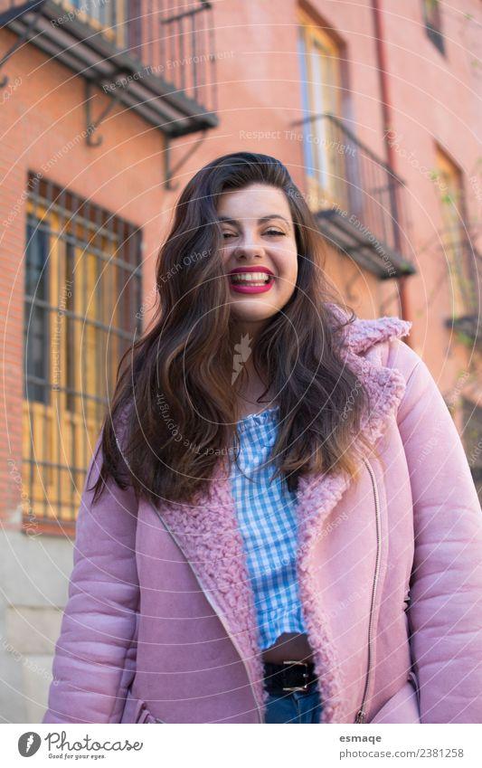 Niedliche Frau mit rosa Mantel auf einer Straße Stil Freude schön Junge Frau Jugendliche Erwachsene 1 Mensch Dorf Stadt Mode genießen Coolness Fröhlichkeit