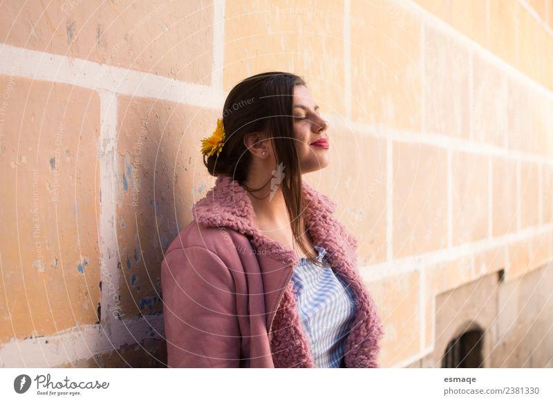Mensch Jugendliche Junge Frau schön Erholung Einsamkeit Freude Gesundheit Lifestyle Leben Wand Gesundheitswesen Mauer Haare & Frisuren Zufriedenheit Lächeln