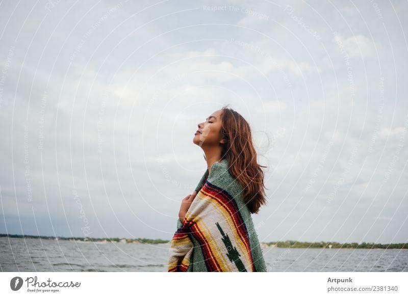 Eine junge Frau, die in eine Decke gehüllt ist (horizontal). Horizont Himmel Wolken kalt Natur Camping wandern Ferien & Urlaub & Reisen 18-30 Jahre Junge Frau