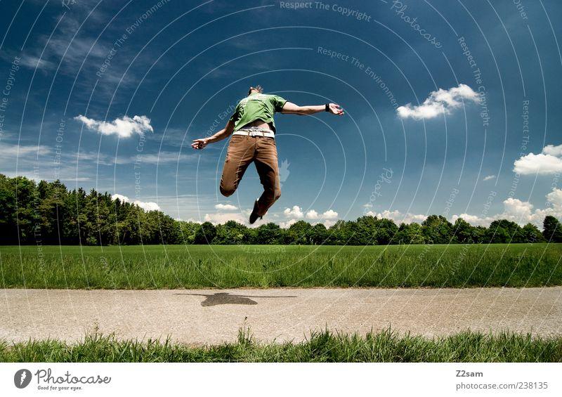 AUFSTEIGER Lifestyle Stil Mensch Junger Mann Jugendliche 18-30 Jahre Erwachsene Natur Landschaft Himmel Wolken T-Shirt Hose Bewegung springen außergewöhnlich