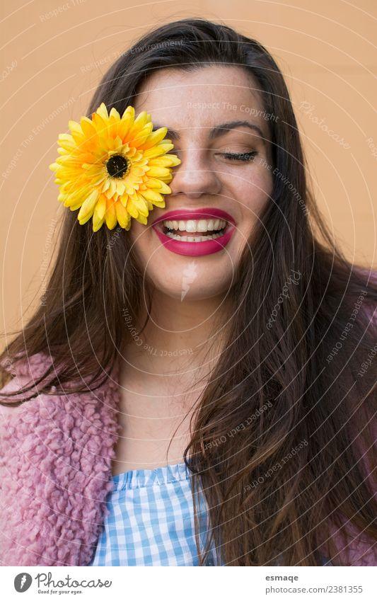 Porträt einer jungen Frau, die mit einer Blume im Auge lächelt. Lifestyle Freude schön Gesicht Gesundheit Wellness Leben feminin Junge Frau Jugendliche Mode