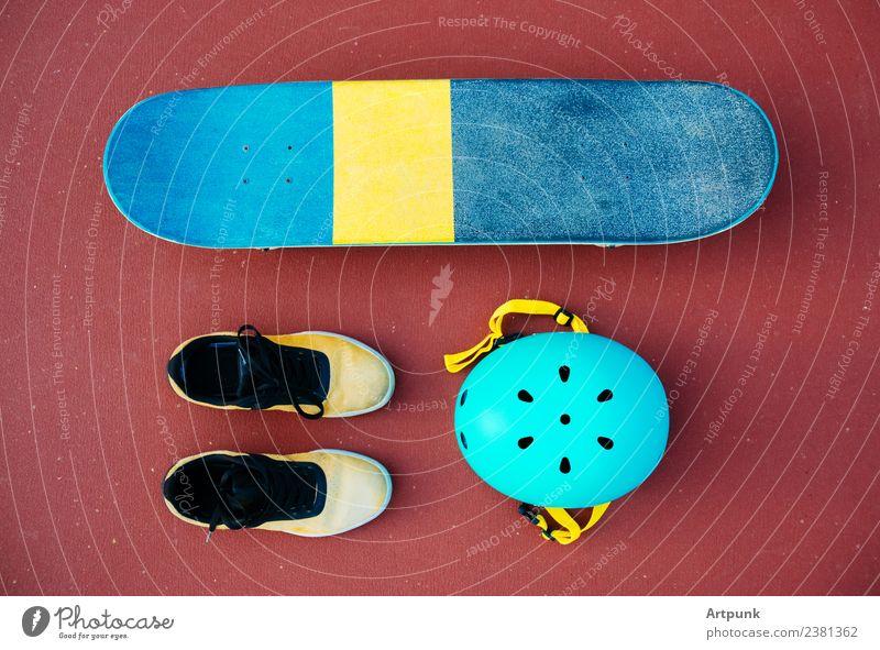 Ein Skateboard, ein Paar Schuhe und ein Helm. Schutzhelm Skateboarding Schlittschuhlaufen extrem Sport Außenaufnahme Sicherheit Farbe mehrfarbig Abenteuer