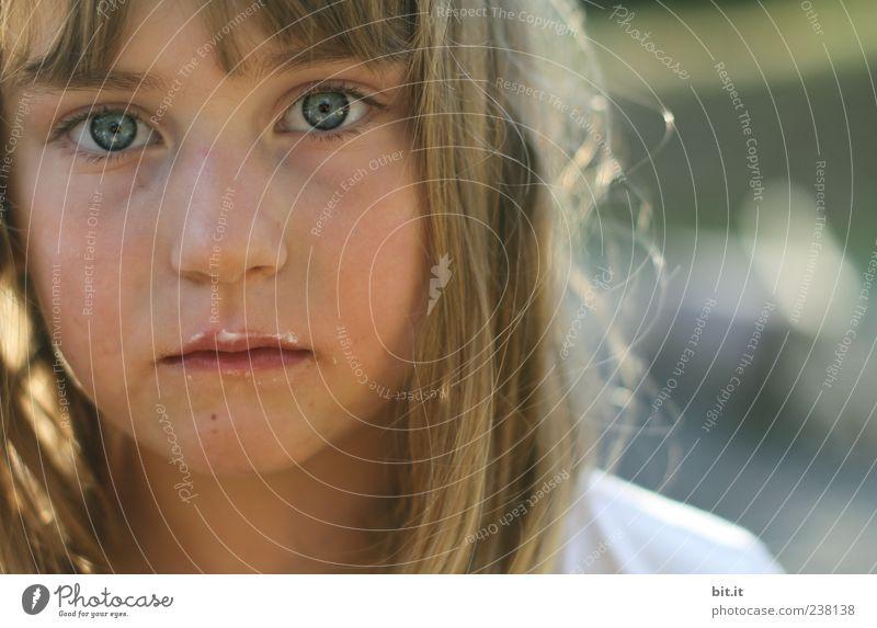 bitte nicht stören... Mensch Kind Mädchen Auge feminin Haare & Frisuren Kopf blond Kindheit süß niedlich genießen 8-13 Jahre langhaarig Pony verträumt