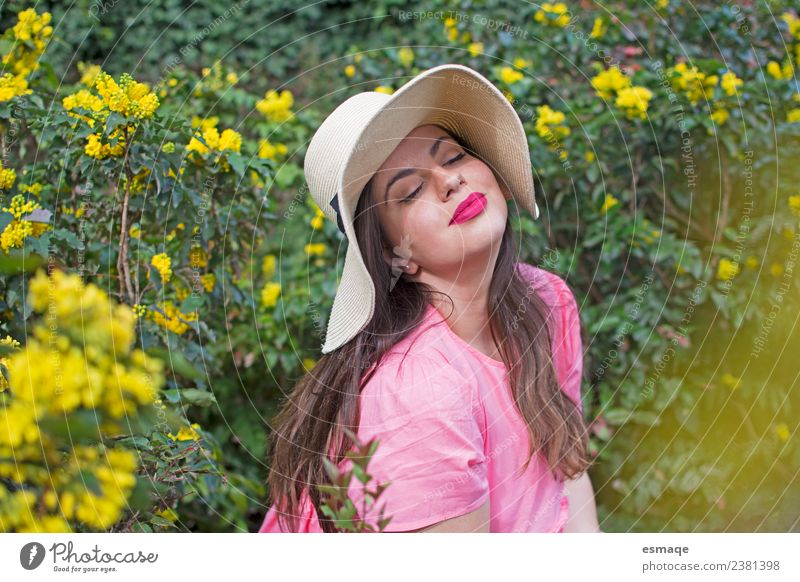 Frau Natur Ferien & Urlaub & Reisen Blume Erholung Freude Erwachsene Lifestyle Leben Gesundheit natürlich Freiheit Feste & Feiern Zufriedenheit frisch Lächeln