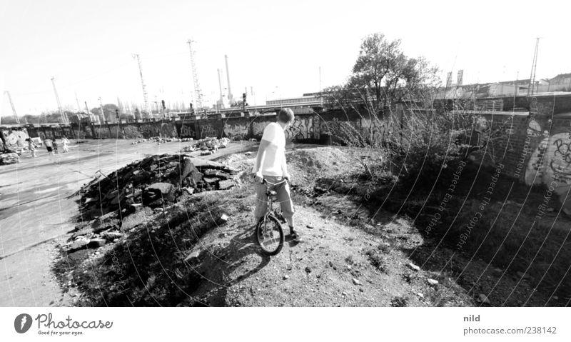 Kurzer Rückblick Lifestyle BMX maskulin Junger Mann Jugendliche 1 Mensch 18-30 Jahre Erwachsene Mauer Wand Beton Backstein Graffiti beobachten Schwarzweißfoto