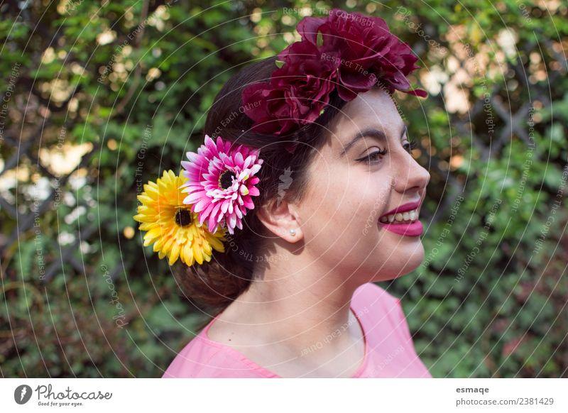 Porträt einer jungen Frau mit Blume im Haar Lifestyle Freude schön Mensch feminin Junge Frau Jugendliche 1 Mode Accessoire Lächeln lachen Freundlichkeit