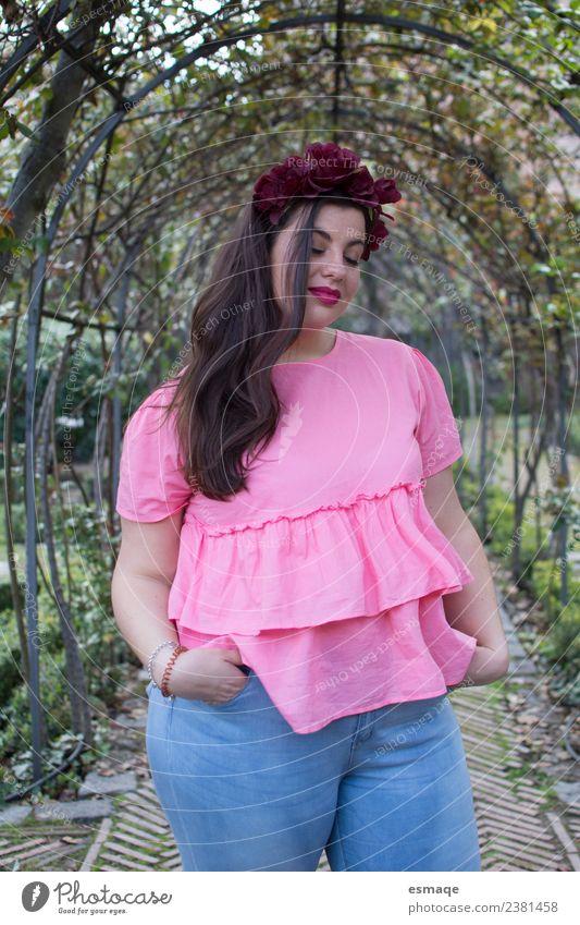 schöne übergewichtige Frau Freude Körper Übergewicht Wellness Leben ruhig Mensch feminin Junge Frau Jugendliche 1 Natur Pflanze Blume Mode Bekleidung Accessoire