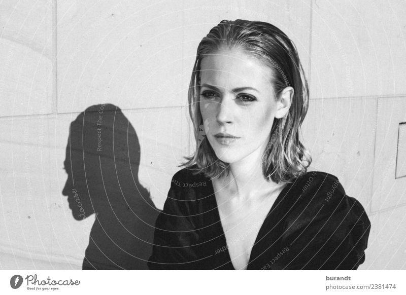 wunderschöne Frau im Sonnenlicht. Mensch Jugendliche Junge Frau 18-30 Jahre Gesicht Lifestyle Erwachsene kalt feminin Stil Kunst Mode Haare & Frisuren Kopf