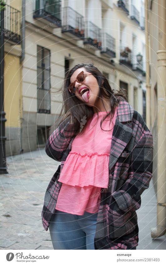 lustige Frau auf der Straße Lifestyle Stil Freude schön Gesundheit Wellness Leben Zufriedenheit Junge Frau Jugendliche Erwachsene Dorf Kleinstadt Stadt Mauer