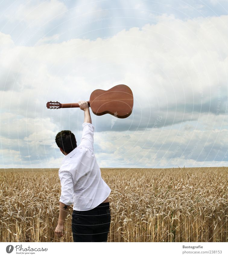 guitar hero Mensch Himmel Freude Musik Erfolg Hemd Gitarre Starruhm Musikinstrument Begeisterung Image Musiker Gefühle Sänger Wolkenhimmel Weizenfeld