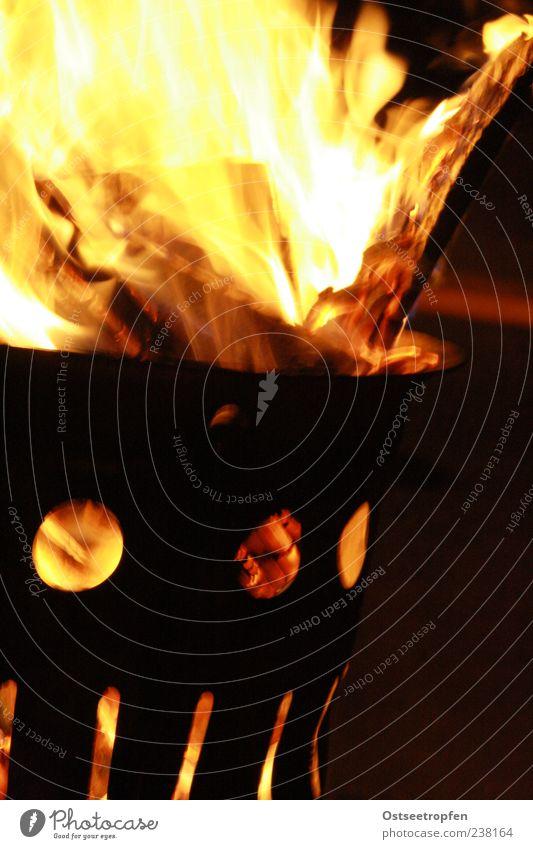 Herz im Eimer rot schwarz gelb dunkel Holz Metall hell Feuer heiß brennen