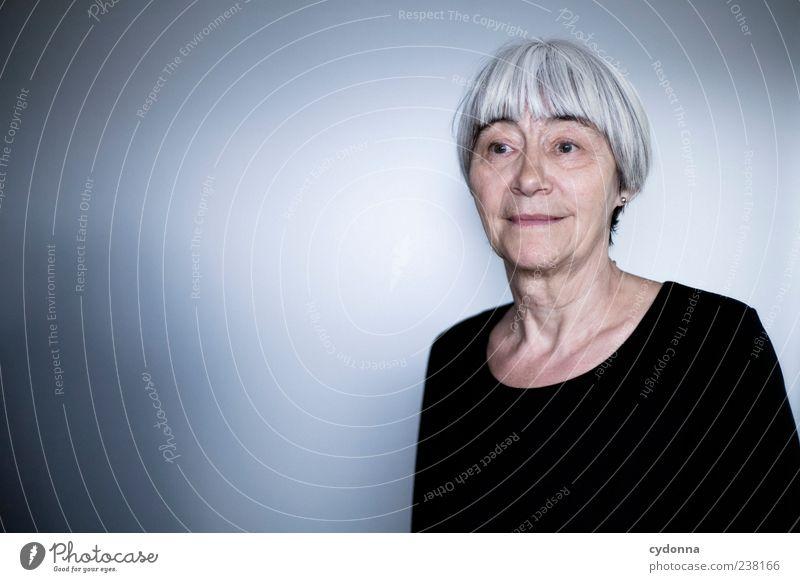 Erinnerung Mensch Frau ruhig Erwachsene Erholung Leben Senior Zufriedenheit nachdenklich Hautfalten Lächeln 45-60 Jahre Weiblicher Senior Wohlgefühl Gedanke